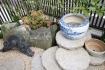 家紋入り瓦と壺