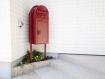 階段横にポストを設置したので雨に濡れることなく郵便物を取ることができます。宅配ボックス付き ボビカーゴ(レッド)