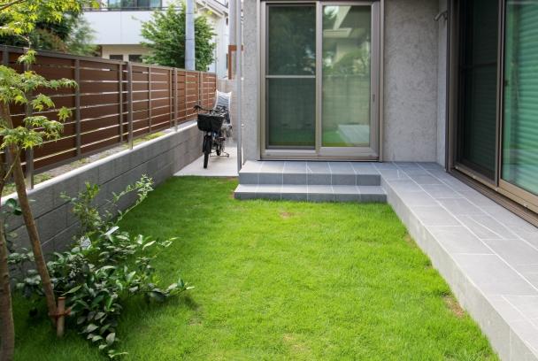 タイルテラスと芝生のお庭